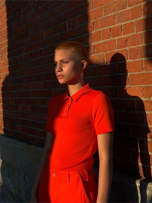 Девушка в красной одежде