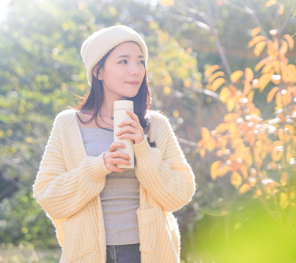 Термос MiJia Vacuum Flash White 500 ml девушка с термосом на улице